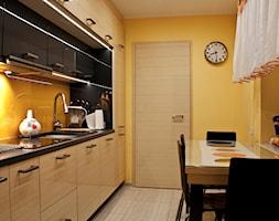 Mała kuchnia z dużymi wymaganiami - Średnia zamknięta żółta kuchnia jednorzędowa - zdjęcie od Patyna Projekt