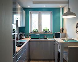 Mieszkanie w bloku - Średnia zamknięta biała niebieska kuchnia w kształcie litery l w aneksie z oknem, styl skandynawski - zdjęcie od Patyna Projekt