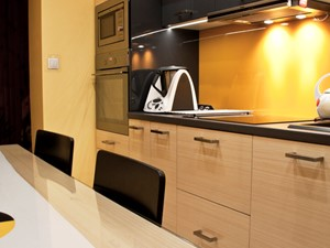 Mała kuchnia z dużymi wymaganiami - Żółta kuchnia jednorzędowa w aneksie - zdjęcie od Patyna Projekt
