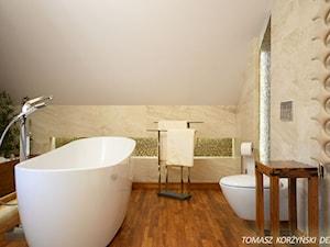 Projekt łazienki drewno teak - Średnia biała łazienka na poddaszu, styl nowoczesny - zdjęcie od Tomasz Korżyński Design