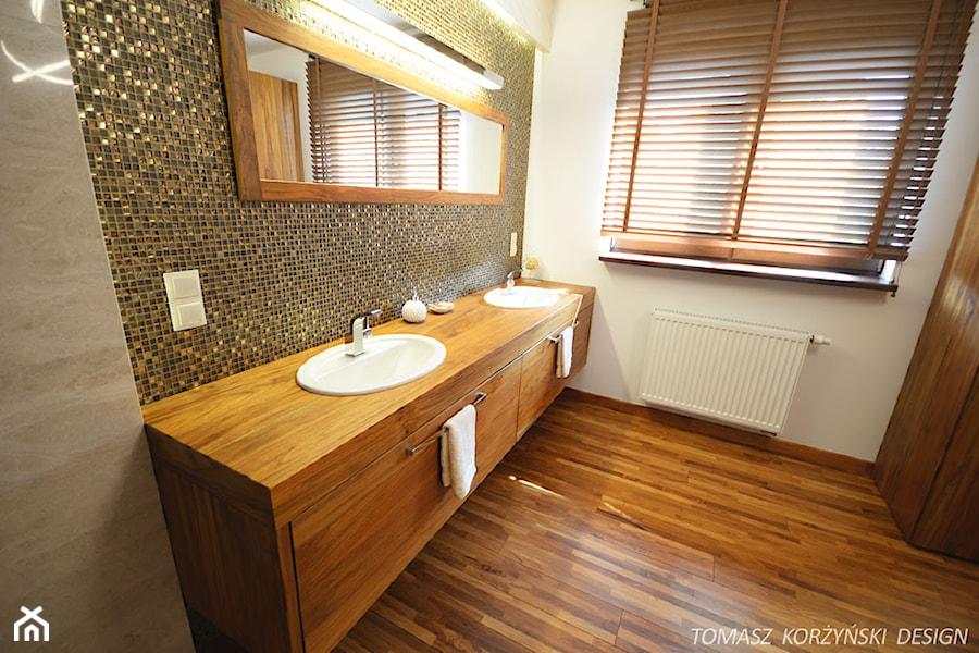 Projekt łazienki Drewno Teak średnia Biała Szara łazienka