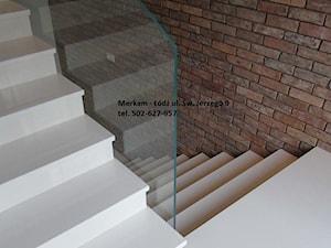 Białe schody wewnętrzne - zdjęcie od MERKAM Zakład Obróbki Kamienia - Granit, marmur, kwarc, konglomerat, aglomarmur, piaskowiec, trawertyn - kamień naturalny - blaty, schody, posadzki, parapety, kominki, elewacje, płytki, zlewozmywaki