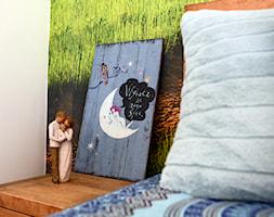 Nowoczesny, sielski domek na wsi - Mała szara sypialnia małżeńska, styl nowoczesny - zdjęcie od Driada