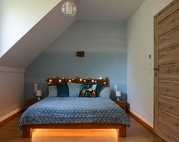 Nowoczesny, sielski domek na wsi - Mała szara niebieska sypialnia małżeńska na poddaszu, styl nowoczesny - zdjęcie od Driada