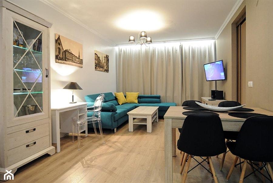 Mieszkanie w kamienicy na ulicy Chopina - Średni biały beżowy salon z barkiem z jadalnią, styl vintage - zdjęcie od Driada