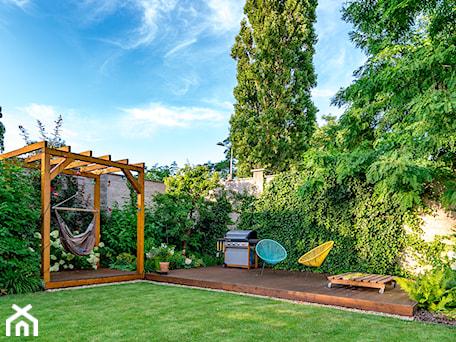 Aranżacje wnętrz - Ogród: Sterfa relaksu w ogrodzie - Miejskie Ziele. Przeglądaj, dodawaj i zapisuj najlepsze zdjęcia, pomysły i inspiracje designerskie. W bazie mamy już prawie milion fotografii!