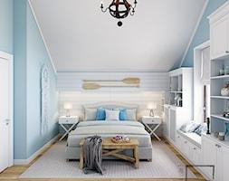 Powiew morskiej bryzy w Warszawie - Średnia biała niebieska sypialnia małżeńska na poddaszu, styl rustykalny - zdjęcie od 4 kąty a stół 5