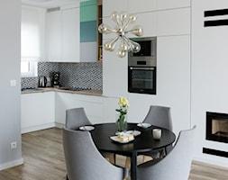 Dom w Baranowie - Średnia otwarta biała szara jadalnia w kuchni, styl skandynawski - zdjęcie od ememstudio