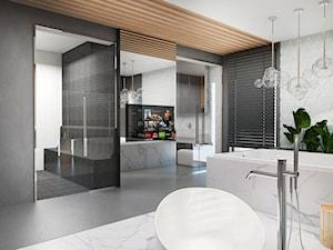 Salon łazienkowy - Duża biała szara łazienka w domu jednorodzinnym jako salon kąpielowy jako domowe spa z oknem, styl nowoczesny - zdjęcie od FOORMA Pracownia Architektury Wnętrz