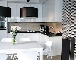 Metamorfoza salonu z kuchnią - Mała otwarta biała czarna kuchnia w kształcie litery l w aneksie, styl skandynawski - zdjęcie od FOORMA Pracownia Architektury Wnętrz