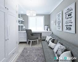 Mieszkanie w Modliniczce - Średnie szare białe biuro kącik do pracy w pokoju, styl tradycyjny - zdjęcie od katadesign