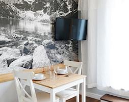 Apartamenty w Bukowinie Tatrzańskiej - Mała otwarta szara jadalnia w salonie, styl nowoczesny - zdjęcie od katadesign