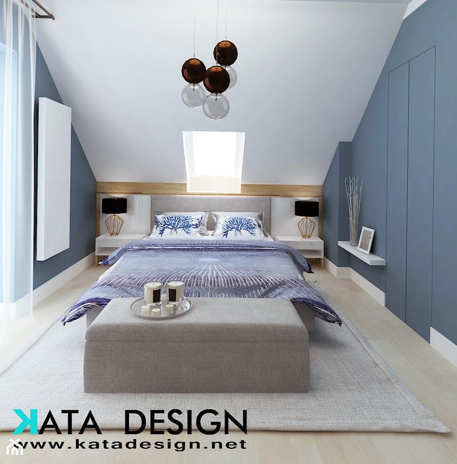 Dom w Kryspinowie - Średnia niebieska sypialnia małżeńska na poddaszu, styl minimalistyczny - zdjęcie od Studio 4 Design