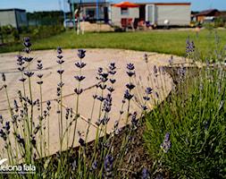 Projekt ogrodu R.O.D.O.S. - Duży ogród za domem z trampoliną - zdjęcie od zielonaFALA