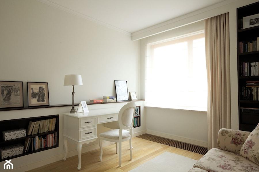 Klasyczny Mokotów - Duże białe biuro kącik do pracy w pokoju, styl klasyczny - zdjęcie od Soma Architekci
