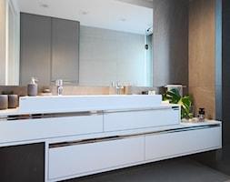 Apartament na Wilanowie. - Średnia czarna łazienka w bloku w domu jednorodzinnym z oknem, styl nowo ... - zdjęcie od Soma Architekci - Homebook