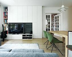 Mokotów - Mały biały salon z jadalnią, styl nowoczesny - zdjęcie od Soma Architekci
