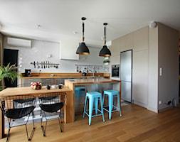 Wola - Duża otwarta szara kuchnia w kształcie litery l z wyspą z oknem, styl nowoczesny - zdjęcie od Soma Architekci - Homebook