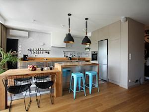 Wola - Duża otwarta szara kuchnia w kształcie litery l z wyspą z oknem, styl nowoczesny - zdjęcie od Soma Architekci
