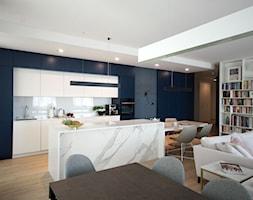 Apartament na Wilanowie. - Średnia biała niebieska kuchnia jednorzędowa w aneksie z wyspą, styl now ... - zdjęcie od Soma Architekci - Homebook
