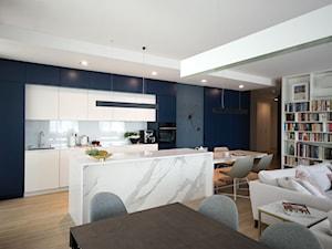 Apartament na Wilanowie. - Średnia biała niebieska kuchnia jednorzędowa w aneksie z wyspą, styl nowoczesny - zdjęcie od Soma Architekci
