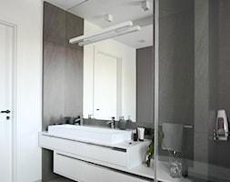 Apartament na Wilanowie. - Średnia czarna szara łazienka w bloku w domu jednorodzinnym bez okna, st ... - zdjęcie od Soma Architekci - Homebook