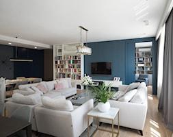 Apartament na Wilanowie. - Duży niebieski czarny salon z bibiloteczką z jadalnią, styl nowoczesny - zdjęcie od Soma Architekci - Homebook