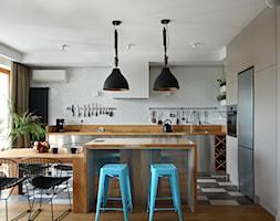 Wola - Średnia otwarta szara kuchnia w kształcie litery l z wyspą z oknem, styl nowoczesny - zdjęcie od Soma Architekci - Homebook