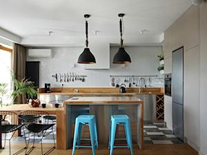 Wola - Średnia otwarta szara kuchnia w kształcie litery l z wyspą z oknem, styl nowoczesny - zdjęcie od Soma Architekci