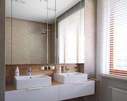 Apartament na Wilanowie. - Średnia biała łazienka w bloku w domu jednorodzinnym z oknem, styl nowoc ... - zdjęcie od Soma Architekci - Homebook