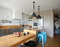 Wola - Duża otwarta biała kuchnia dwurzędowa w aneksie z oknem, styl nowoczesny - zdjęcie od Soma Architekci - Homebook