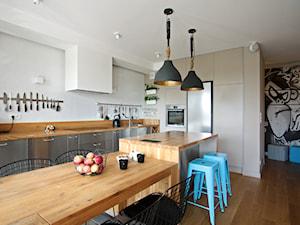 Wola - Duża otwarta biała kuchnia dwurzędowa w aneksie z oknem, styl nowoczesny - zdjęcie od Soma Architekci