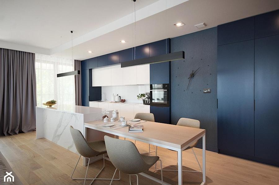 Apartament na Wilanowie. - Średnia otwarta szara kuchnia jednorzędowa w aneksie z wyspą z oknem, styl nowoczesny - zdjęcie od Soma Architekci
