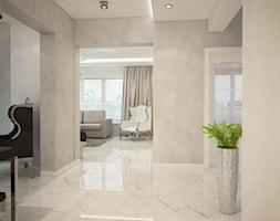 Dom koło Ostrołęki w stylu GLAMOUR - Średni biały szary hol / przedpokój, styl glamour - zdjęcie od Mart-Design Architektura Wnętrz