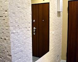Projekt i realizacja/Mieszkanie Warszawa - Średni biały żółty hol / przedpokój, styl nowoczesny - zdjęcie od Mart-Design Architektura Wnętrz