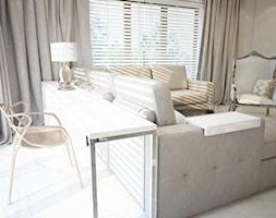 Dom koło Ostrołęki w stylu GLAMOUR - Mały beżowy salon, styl glamour - zdjęcie od Mart-Design Architektura Wnętrz
