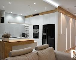 Realizacja wnętrz domu jednorodzinnego w Warszawie - Średnia otwarta szara kuchnia w kształcie litery l w aneksie z wyspą, styl nowoczesny - zdjęcie od Mart-Design Architektura Wnętrz