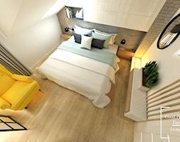 Przytulny industrial - Średnia beżowa szara sypialnia małżeńska na poddaszu, styl industrialny - zdjęcie od Good Place For Living