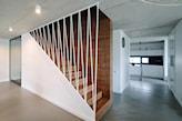 drewniane schody z ozdobną balustradą
