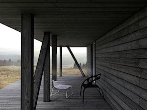 DOM W GÓRACH - Mały taras z przodu domu z tyłu domu - zdjęcie od BASK grupa projektowa