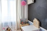 farba tablicowa w pokoju dziecka, białe długie firany