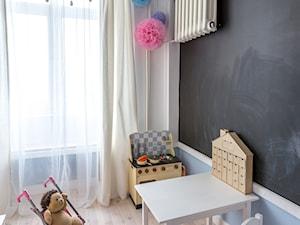MIESZKANIE NA MOKOTOWIE - Mały niebieski czarny pokój dziecka dla dziewczynki dla ucznia dla malucha, styl eklektyczny - zdjęcie od Grupa Hybryda
