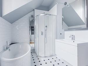 Łazienka z białymi płytkami - zdjęcie od CARREA