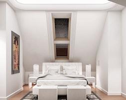 Przebudowa wnętrz willi w stylu glamour - Średnia biała sypialnia małżeńska na poddaszu, styl glamour - zdjęcie od KJ Architekci