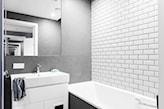 białe kafelki łazienkowe, szafka łazienkowa z lustrem, mała łazienka w szarościach