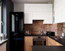 Mieszkanie dla młodych - Mała otwarta wąska biała szara kuchnia w kształcie litery g w aneksie, styl nowoczesny - zdjęcie od Za murami za dachami