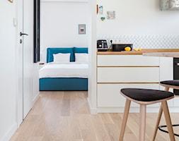Apartament M&P - Średnia otwarta biała kuchnia, styl eklektyczny - zdjęcie od Kraupe Studio - Homebook