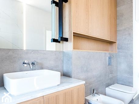 Aranżacje wnętrz - Łazienka: Łazienka i toaleta P&O - Średnia szara łazienka, styl nowoczesny - Kraupe Studio. Przeglądaj, dodawaj i zapisuj najlepsze zdjęcia, pomysły i inspiracje designerskie. W bazie mamy już prawie milion fotografii!