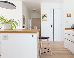 Apartament M&P - Średnia otwarta biała kuchnia z wyspą, styl eklektyczny - zdjęcie od Kraupe Studio - Homebook