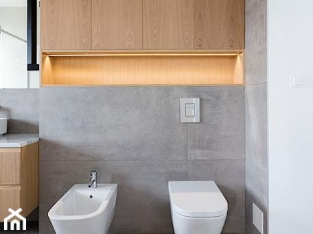 Aranżacje wnętrz - Łazienka: Łazienka i toaleta P&O - Biała łazienka w bloku w domu jednorodzinnym bez okna, styl nowoczesny - Kraupe Studio. Przeglądaj, dodawaj i zapisuj najlepsze zdjęcia, pomysły i inspiracje designerskie. W bazie mamy już prawie milion fotografii!
